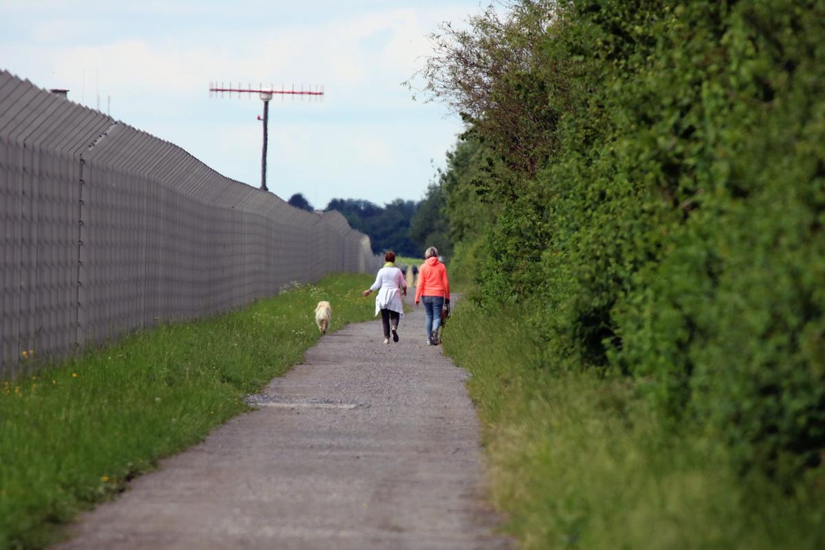 Fußweg parallel zur Startbahn