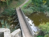 Wassergraben mit Brücke