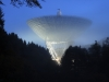 Radioteleskop Effelsberg im Nebel