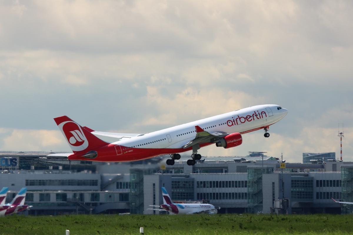 Flugzeug Airberlin Takeoff in Düsseldorf (DUS)
